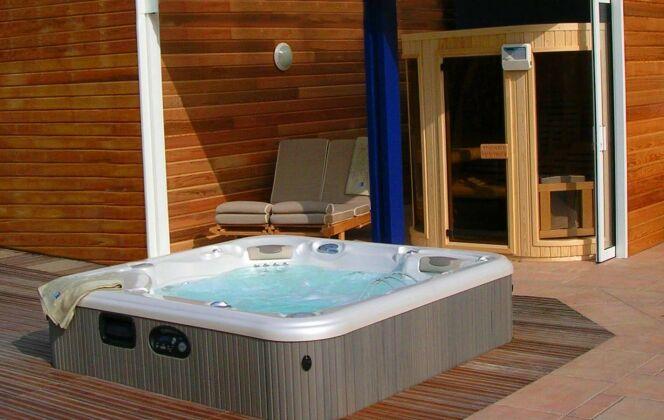 Associé à un sauna, le spa extérieur permet de profiter des bienfaits des rituels nordiques. © L'Esprit Piscine
