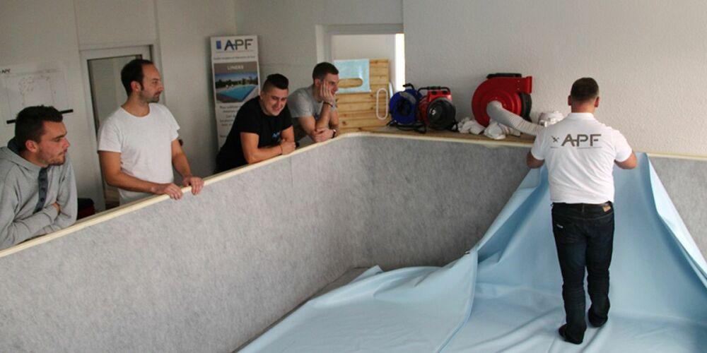 Atelier de formation à la pose d'un liner de piscine© APF