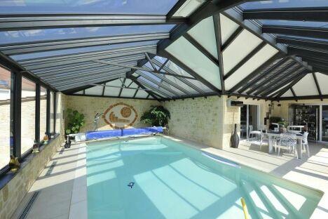 "Attraction aquatique : Véranda sur-mesure avec piscine<span class=""normal italic petit"">© Vérand'Art</span>"
