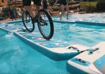 Vidéo : il fait du vélo dans la piscine d'un hôtel