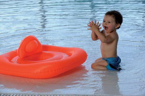 """Avec le fauteuil-bouée, bébé peut découvrir les joies de la baignade!<span class=""""normal italic petit"""">© Arena</span>"""