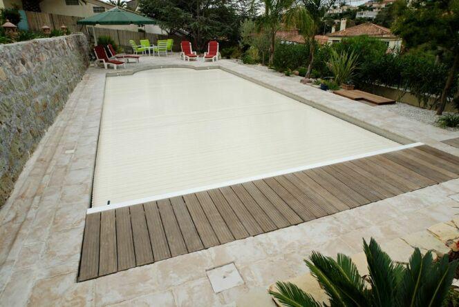 """Le bac à volet permet de dissimuler son volet de piscine de façon élégante.<span class=""""normal italic petit"""">© L'Esprit piscine</span>"""