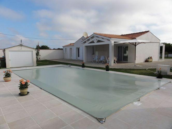 """Une bâche pour piscine est un investissement indispensable mais il reste possible d'en trouver une pour pas cher.<span class=""""normal italic petit"""">DR</span>"""