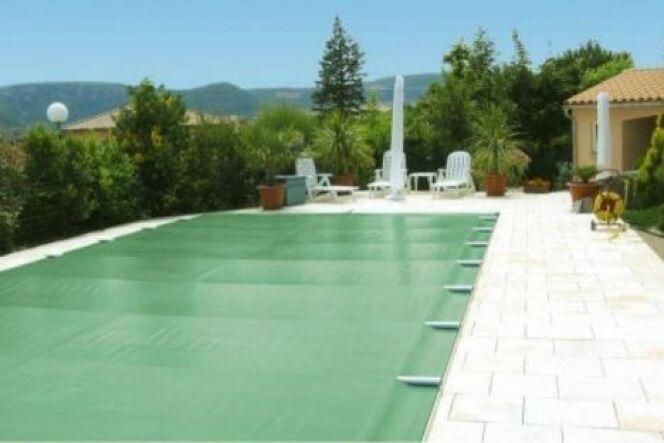 """La bâche en mousse permet d'isoler thermiquement l'eau de la piscine, lui permettant de garder sa chaleur.<span class=""""normal italic petit"""">© Albiges</span>"""