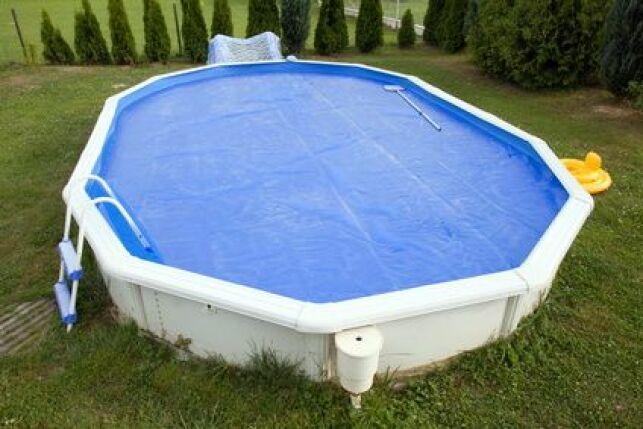 La bâche sur mesure permet de couvrir parfaitement n'importe quel type de bassin.