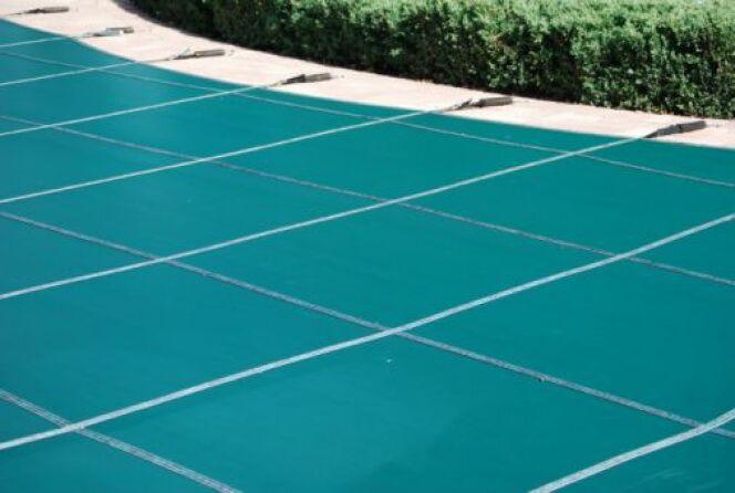 """Bâches et couvertures de piscine colorées - Ici une bâche vert émeraude <span class=""""normal italic petit"""">© MariadaDesign - Thinkstock</span>"""