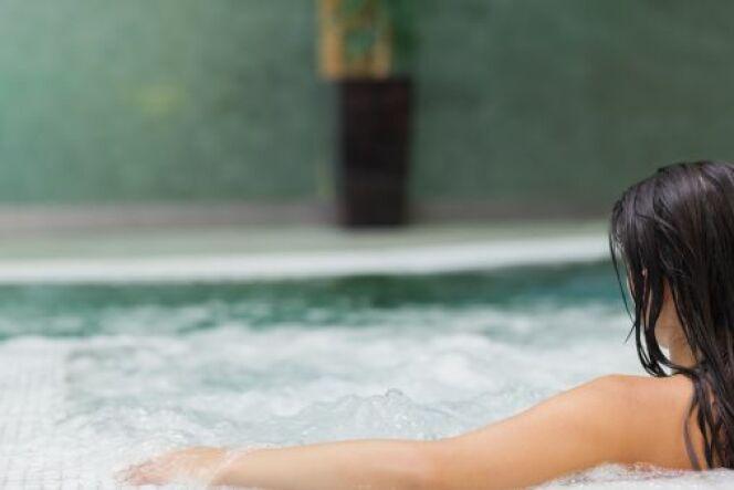 Balnéo dans une piscine coque