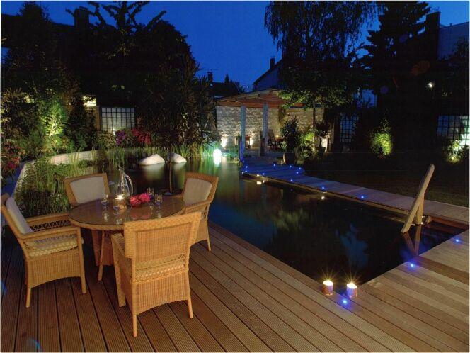 Reportage photos piscines naturelles cologiques ou for Luminaire terrasse bois