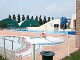Bassin extérieur de la piscine d'Evron, avec le clown pour les enfants