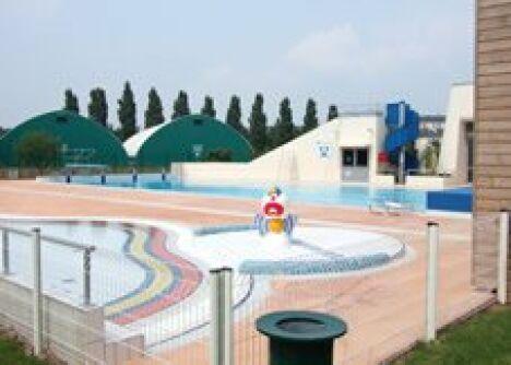 """Bassin extérieur de la piscine d'Evron, avec le clown pour les enfants<span class=""""normal italic petit"""">DR</span>"""