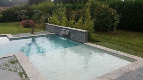 piscine béton avec fontaine jardin verdure eau