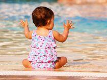 Bébé à la piscine