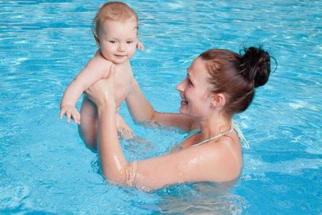 """Bébé à la piscine : je mets quoi dans mon sac ?<span class=""""normal italic petit"""">DR</span>"""