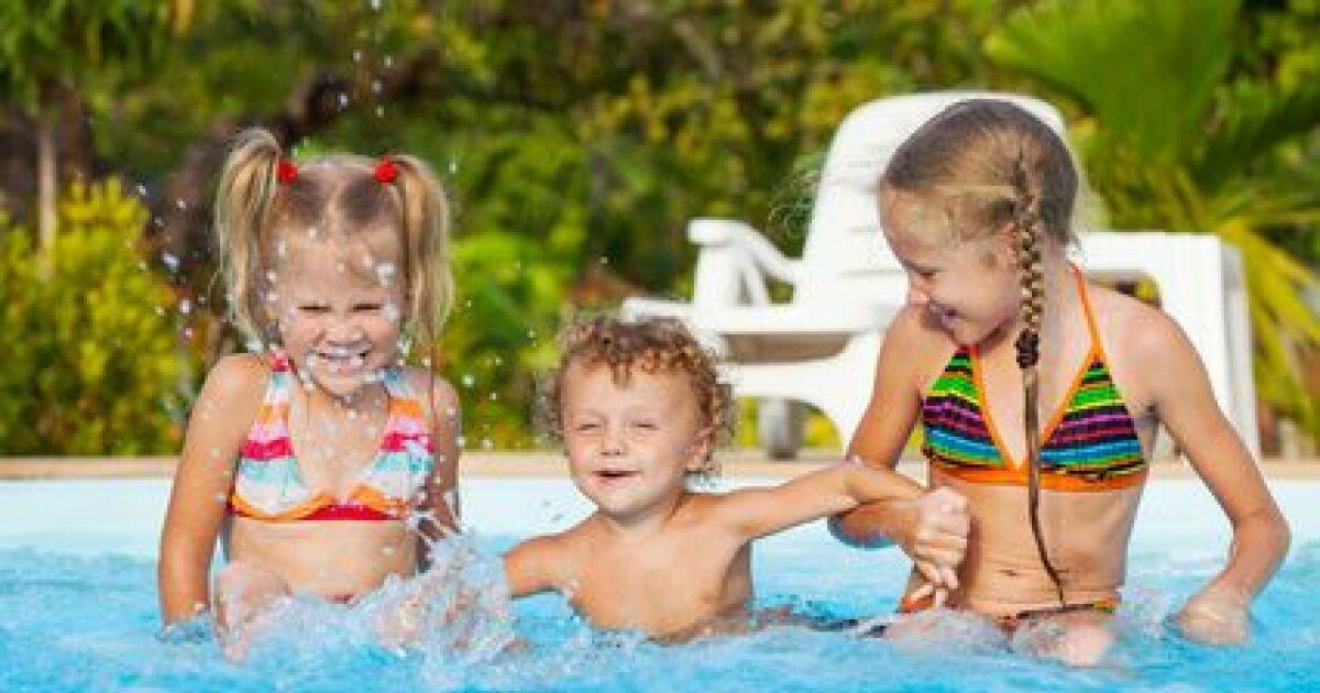 B b et enfant dans l eau b b s nageurs jardin for Bebe dans piscine