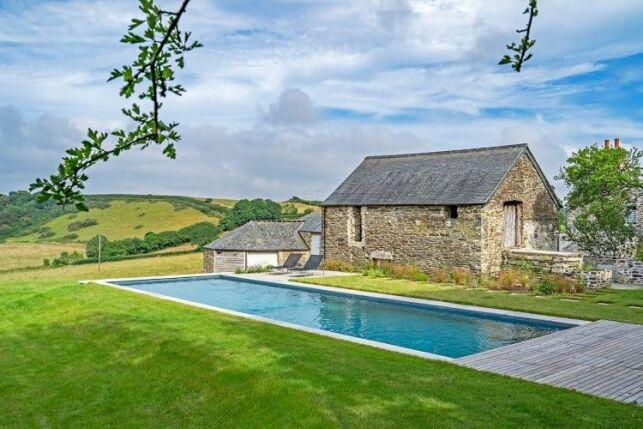 Bien choisir les margelles d'une piscine naturelle