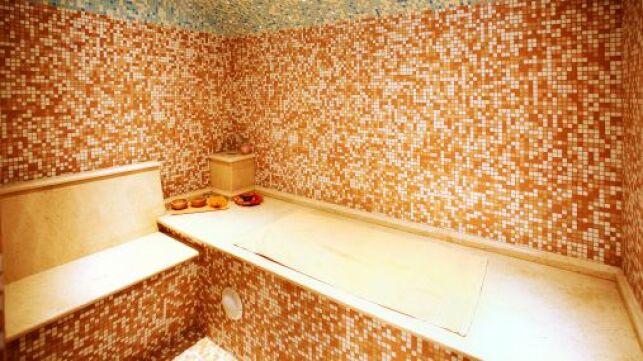L'entretien du carrelage du hammam est indispensable pour prévenir des moisissures et le garder brillant pendant de longues années.