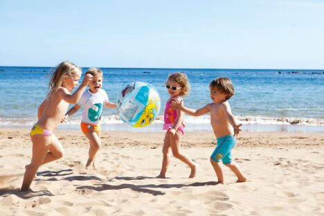 """Bien protégés du soleil et équipés pour les premières brasses, les enfants peuvent s'amuser sur la plage.<span class=""""normal italic petit"""">© Arena</span>"""