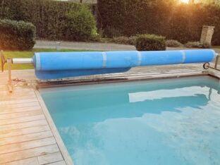 Bien utiliser une bâche solaire pour couvrir l'eau de la piscine