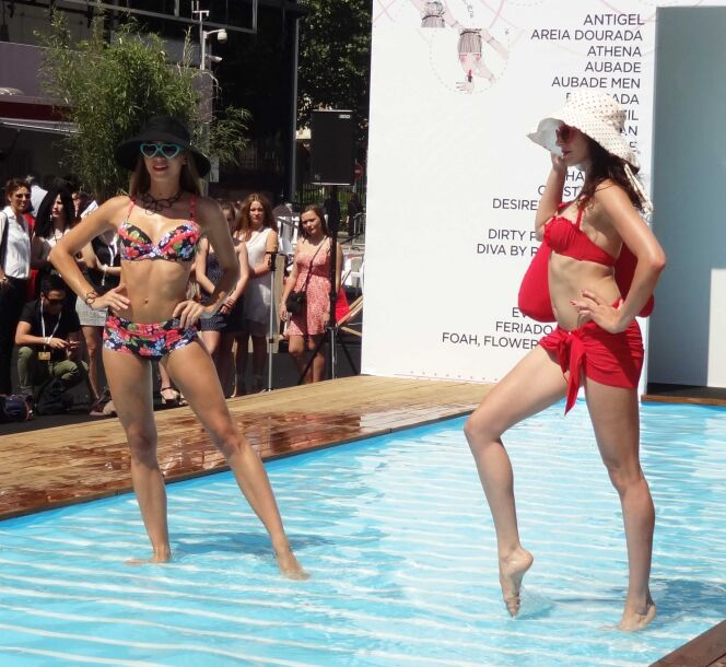 Bikini à fleurs et bikini rouge, capelines et lunettes de soleil coeur© www.guide-piscine.fr