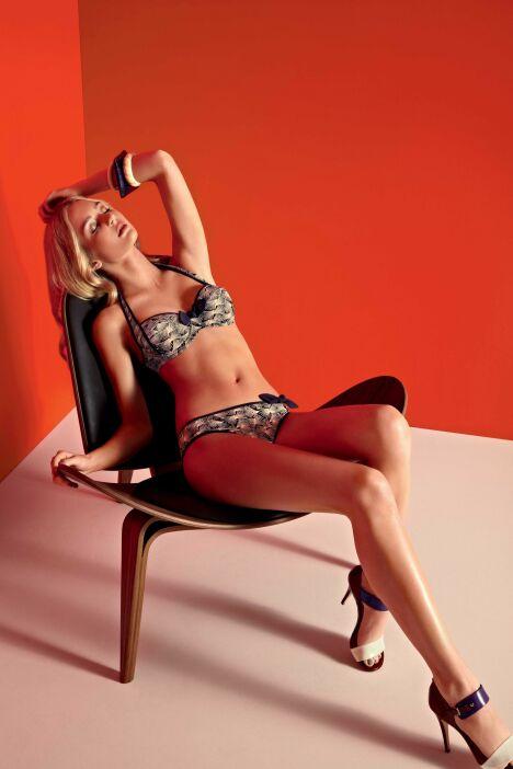 """Bikini balconnet imprimé violet et crème détails noeuds Huit collection Sarong Song été 2013<span class=""""normal italic petit"""">© Huit</span>"""