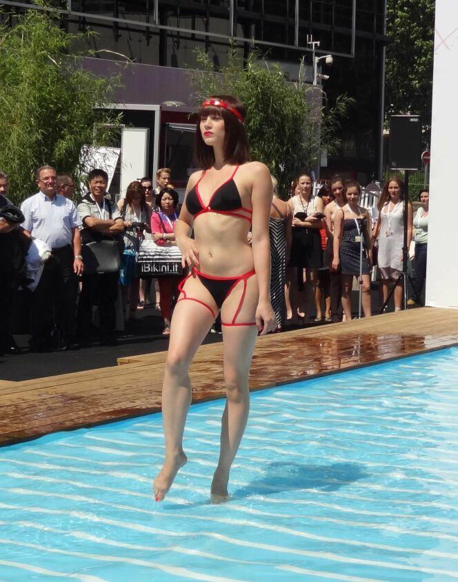 "Bikini rouge et noir à porte-jarretelles<span class=""normal italic petit"">© www.guide-piscine.fr</span>"
