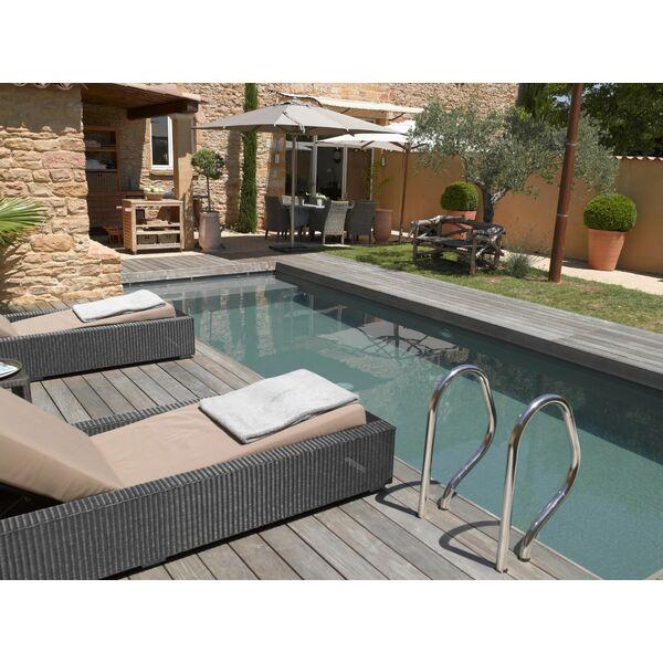 C\'est le printemps : comment aménager l\'espace autour de votre piscine ?