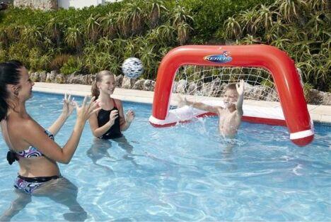 "Cage de waterpolo gonflable pour piscine<span class=""normal italic petit"">© Kerlis</span>"