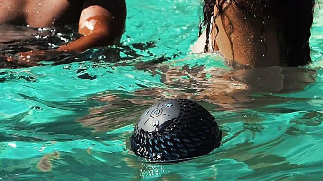 """Cannonball 360 Audio, l'enceinte portable entièrement immergeable pour votre piscine.<span class=""""normal italic petit"""">© Cannonball</span>"""