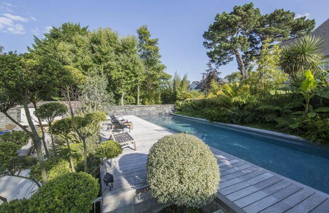 """Catégorie piscine familiale de forme angulaire - trophée d'or<span class=""""normal italic petit"""">© L'Esprit Piscine</span>"""