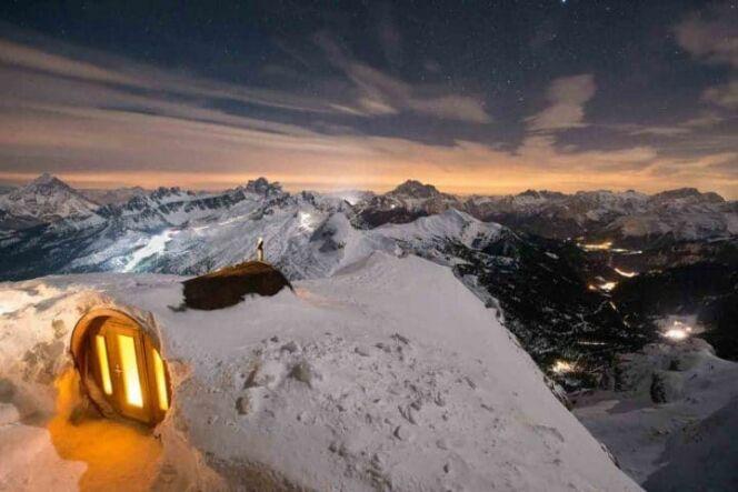 Ce sauna offre une vue plongeante sur les montagnes