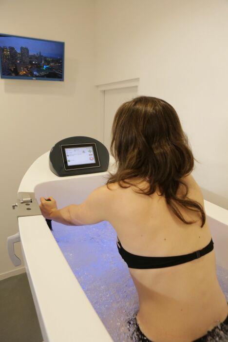 """Chaque cabine d'aquabiking dispose d'un écran pour regarder la TV tout en pédalant <span class=""""normal italic petit"""">DR</span>"""