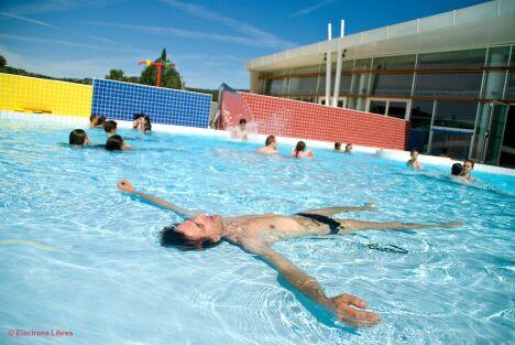 Le bassin extérieur du centre aquatique à Clermont l'Hérault est ouvert tout l'été