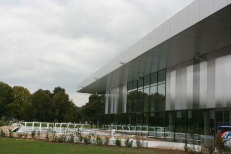 """Le bâtiment du Centre aquatique de Provins<span class=""""normal italic petit"""">DR</span>"""