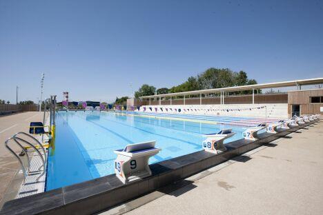 """Le centre aquatique Grand Bleu à Cannes est équipé d'un appareil de mise à l'eau pour les personnes à mobilité réduite<span class=""""normal italic petit"""">© Ville de Cannes/ J.Kélagopian</span>"""