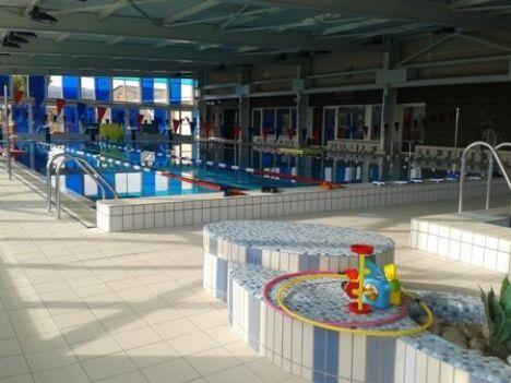 Espace couvert avec bassin sportif et bassin d'apprentissage