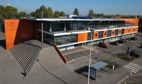 Centre de Loisirs Nautiques de Thionville : la bâtiment et le parking.