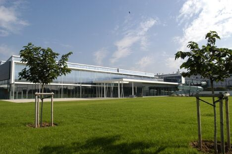Le Centre Nautique de Décines-Charpieu vu de l'extérieur.