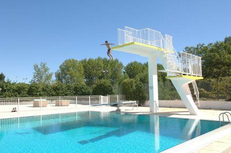 """Les plongeoirs de la piscine Neptune à Montpellier<span class=""""normal italic petit"""">© Montpellier Agglomération</span>"""