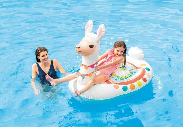 Cette bouée lama originale apportera de la fantaisie à votre piscine