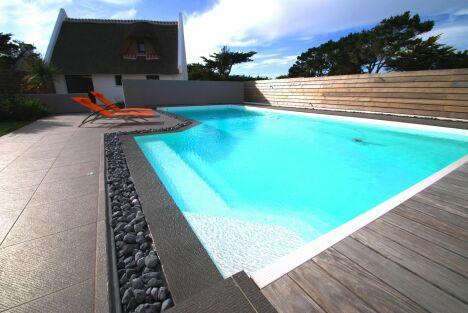 Cette piscine ose le noir. Sobriété et harmonie, rien n'est négligé. Une création très design !