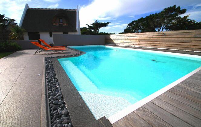 Cette piscine ose le noir. Sobriété et harmonie, rien n'est négligé. Une création très design ! © L'Esprit piscine