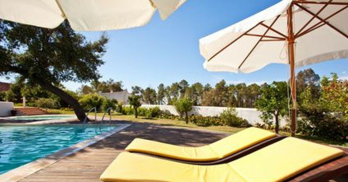 Chaises longues de piscine d tendez vous confortablement - Chaises longues de piscine ...