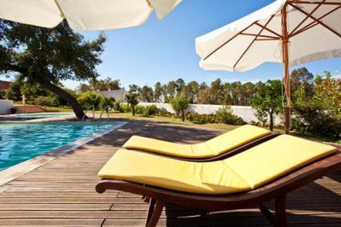 "Chaises longues de piscine<span class=""normal italic petit"">© ricardomff - Fotolia.com</span>"