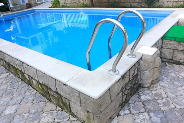 Choisir une piscine coque semi-enterrée