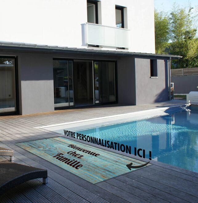 Choisissez un tapis antiglisse personnalisé pour votre piscine !