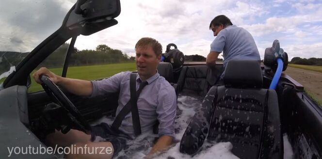 Colin Furze change sa voiture en piscine roulante : découvrez la vidéo