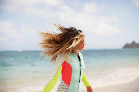 """Combinaison de surf intégrale femme pastel et fluo Billabong été 2013<span class=""""normal italic petit"""">© Billabong</span>"""