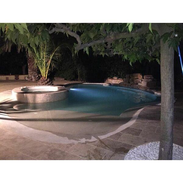 Aménagement et mobilier pour plage de piscine