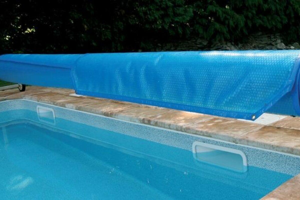 Comment poser une bâche à bulles sur une piscine ? - Guide-Piscine.fr