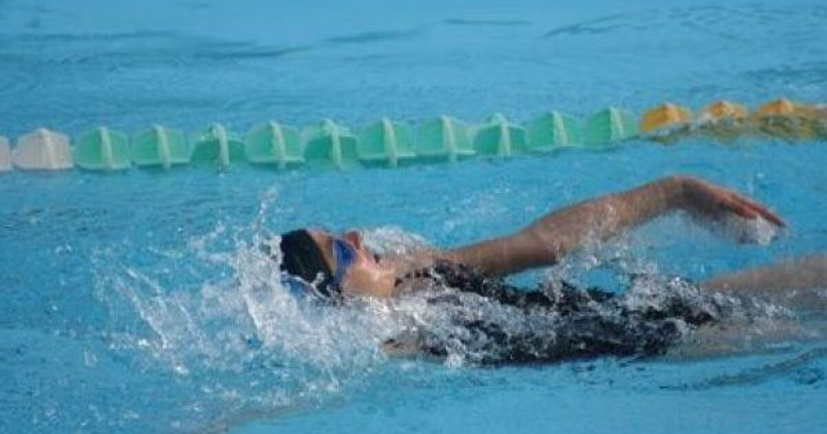Comment nager le dos crawl droit for Piscine pour apprendre a nager